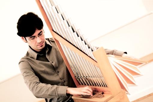 Guillermo Perez (Organetto/Portativ) am 11.04.2013 in der Folkwang Universität Essen